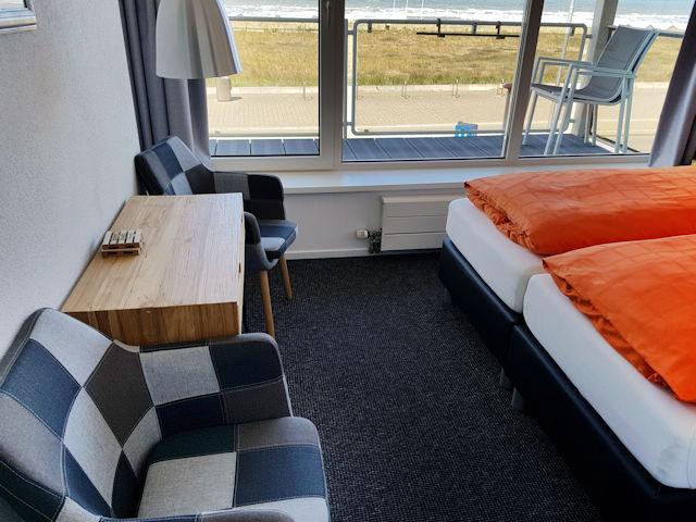 tweepersoonskamer met zeezicht en zitje