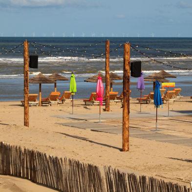 een terras op strand